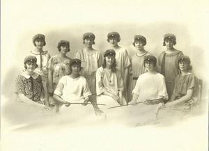 Astrid Wasell och Elisabeth Rydell när de tog realskoleexamen. Astrid i mitten på nedre raden och Elisabeth tvåa från höger på övre raden.