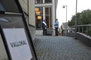 Jan-Åke Wildhammar (S) och Tom Rymoen (M) kampanjar in i det sista innan det är dags att valvaka.