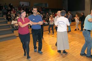 Christine Nygren från Högbos folkdansgille dansar tillsammans med Khalil Khalil.