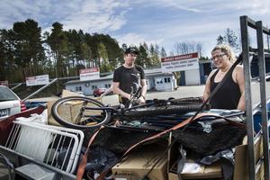 En cykel, mattor, elljusstakar... Christian och Malin Nordin har tömt förrådet.