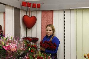 Linn Sverdfält, snittblomsansvarig vid Blomsterlandet i Norrtälje förbereder för årets viktigaste rosdag. Hon vet vad etiketten säger och vilka som köper flest rosor.