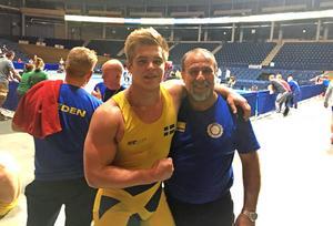 Sven Engström med landslagstränaren Mehdi Farokhian efter segern på nordiska mästerskapen.