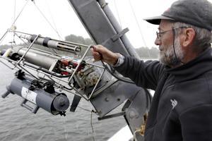 Marinbiolog Sture Hansson genomför årligen provtagningar på 200 punkter från Östhammar i norr till Oxelösund i söder.
