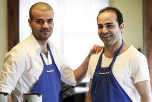 Ismael Kor Hassan och Hazen Almohamad Alhousein hjälper till i köket.