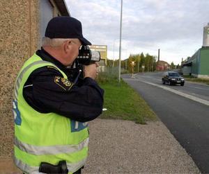 OLAGLIGT. En sådan här poliskontroll kan upptäckas av en laservarnare. Men att använda varnare har varit olagligt sedan 1988. På måndagen dömdes en 62-åring till böter för att ha haft varnare i sin bil. Han förnekar dock brottet.