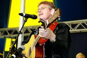 Bertil Lindh framförde bland annat We call on him och den storslagna Oh great you are (Oh store Gud) baserad på en värmländsk folkvisa.