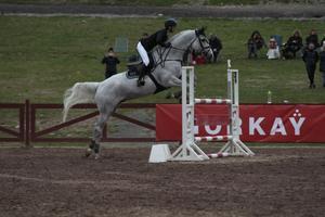 Amanda Kjellberg trivs på Dalahoppet. Under helgen har hon gjort 19 starter med sex olika hästar.