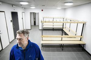 Roger Hedlund är produktionsansvarig på skidstadion och visar stolt upp de nya omklädningsrummen.