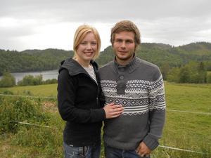 Paulina Westerlund och Charlie West är mjölkbönder sedan tre år tillbaka i Åsäng, Nordingrå och är med i programmet