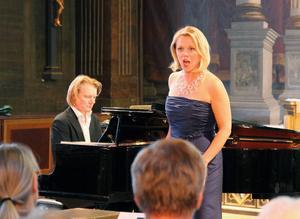 MIah Persson visade både musikalisk briljans och dramatik som romanssångerska under konserten i Jakobs kyrka. Johan Ullén vid pianot.