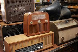 De gamla radioapparaterna står staplade på varandra i den gamla livsmedelsaffären i Hårte. Förutom dem samlade Ivar Broberg på mycket annat.