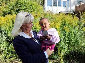 Lena Larsson med lilla Snit från Eritrea i famnen. Asylboendet hade just öppnat i september 2015. Snit har numera flyttat från Långshyttan.