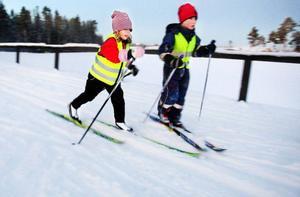 Moa Stigsdotter, till vänster, visar hur fort hon kan åka. Det går så fort så att hon nästan trillar. Foto: Ulrika Andersson