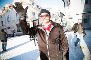 Stig Ekberg, 80 år, Östersund. – Nej, jag gillar inte det. Fast en sak är det bra till. När det är jul och hoper av ungdomar samlas. Då hör man inte ett ljud från dem. Man kan knappt önska god jul till dem.