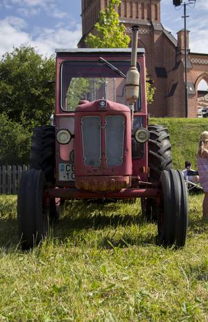Traktorerna stod uppradade utan för Trönö kyrka i Glamsta.