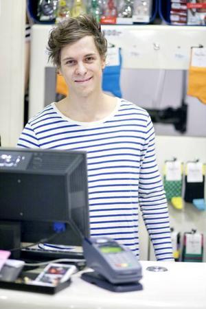 """SYR PÅ BLÅ. Anders gillar att rusta och inreda. """"Jag gillade att sy redan innan jag började på Blå, sy kan väl alla""""."""