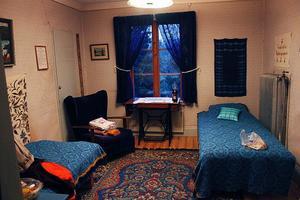 Kvinnan Märta sägs kunna uppenbara sig i det gula rummet, och om man skräpar ner kan hon säga ifrån. Hon brukar också gästa det detta rum kallat det blå rummet, det mest beryktade och bokade rummet.
