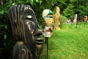PÅ RAD. Ett 40-tal träskulpturer finns för beskådning i Strömsberg.