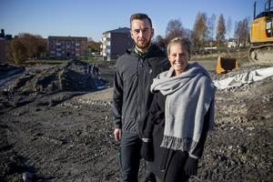 Paret Eric Tjernberg och Emely Fällström är de yngsta som flyttar in i de nya Solbacksvillorna.