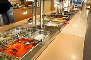 Utbildningsförvaltningen och rektorer är idag ansvariga för förskolekök och köket vid Slottegymnasiet. Med det nya förslaget ska de istället gå under kostservice. På det viset menar Maria Persson att man kan ha bättre koll på kostnader och personal kan samarbeta med recept samt kompetensutveckling.