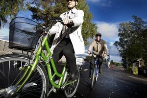 Ökar tillgängligheten. Kommunalrådet Peter Kärnström tog en premiärcykeltur med Ingemar Frej, chef för Trafikverkets region mitt. För regionchefen var det första besöket i Bångs och han imponerades av vad han såg. Peter Kärnström tror att cykelbanan blir ett lyft som ökar tillgängligheten till det vackra området.
