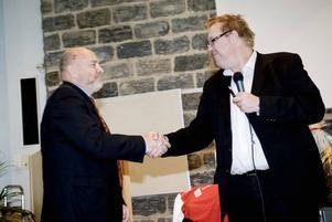 Kommunalrådet Peter Kärnström tackade för stödet och bjöd för kommunstyrelsens räkning den historieintresserade kommundirektören på en heldag i Oslo i sällskap med en av Norges mest kända historiker.