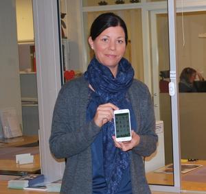 Anna Domeij med den nya appen i kommunhusets reception.