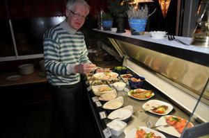 Slow Food Gästrikland besökte Trollharens Fisk. Per-Olof Erickson lät sig väl smaka av fiskbuffén. I framtiden vill vi ha mer lokalt fångad fisk.
