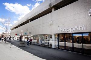 Kommunen har bidragit till kostnaderna för att anpassa gatunivån utanför Kapp-Ahl, Deichmann och Lindex på Långgatan.