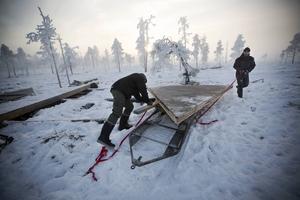 Staffan Eriksson och Per-Johan Göransson bygger klart tablettasken i 15 minusgrader.
