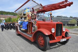 Paraden leddes av Tommy Jansson och den anrika brandbilen som vanligtvis kör guidade brandbilsturer i Sundsvall.