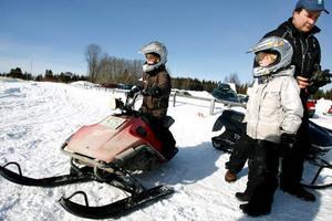 Elias och Jakob Persson, 9 år, gillar motorsport. De kör både fyrhjuling och cross, samt skoter. Barnskotern fick de i julklapp förra året och den är det självklara valet som aktivitet nu under vintern hemma på gården i Fanbyn.