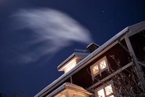En iskall januarikväll i Snarhem fordrade eldning i kakelugnen.