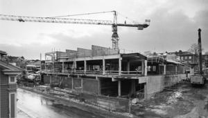 Bygget av Bryggeriet, bild från januari 1989. Affärshuset var omdiskuterat på sin tid, och många affärsinnehavare med flera var oroliga för att andra citybutiker skulle duka under i konkurrensen mot en ny livsmedelsbutik.