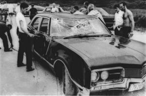 Dödsolycka. Den 19 juli 1969 bogserades Edward Kennedys bil upp ur vattnet