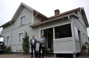 Villavisningarna är populära. Mäklaren Lars-Eric Högman och kollegan Peter Gunther har fullt upp.