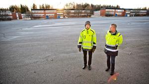 Almnäs kommer att växa till ett logistikcentrum och handlingar ska snabbas på. Magnus Bengtsson och Bengt Larsson från Peab.