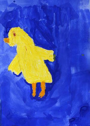 """Trea i åldersklassen 0-6 år, av Holger Zetterström, 6 år, Stugun.         JURYNS MOTIVERING: """"En näpen och lite vilsen kyckling trippar försiktigt i det blå. Holgers teckning är genomarbetad och färgerna klara. Man blir nyfiken och undrar vad som händer sedan i kycklingens äventyr""""."""