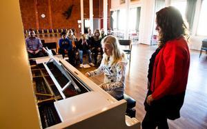 Victoria Lindholm tycker att det var ett fantastiskt tillfälle att lära sig mer om att spela piano.- Det är läskigt men kul. Jag är lite nervös, säger hon.