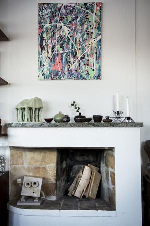 Konst finns det gott om i hemmet. Både Emil och Karolinas keramik men också alster från vänner och bekanta.