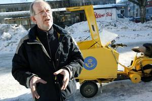 """FÖRSÖKER HINNA. Jan-Erik Gustafsson är brevbärare på Brynäs. Den tuffa arbetssituationen gör att brevbärarna får svårt att dela ut posten tidigt på dagen. """"Tidigare var klockan 13 senaste tiden för utdelning. Nu är det klockan 16"""", berättar han."""