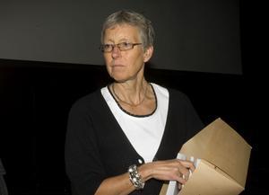 Personalchef Maria Larsson delar ut informationsmaterial om kommunens pensionserbjudanden.