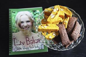 Saffran. Här är boken som Liv skrivit och fått upptryckt, samt några av hennes favoritskorpor bakade med saffran.