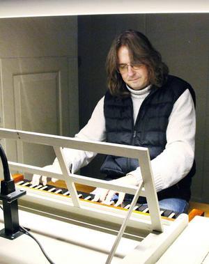 Mats Ternvall spelar gärna på den unika orgeln från 1839 i Sunne kyrka, som nu ska tas i bruk igen