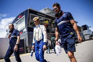 Deppigt efter kvalet. Marcus Ericsson var fem tusendelar från att gå vidare till Q2 i kvalet i Barcelona.  Till vänster Saubers presschef Robert  Höpoltseder och till höger personlige tränaren Alex Elgh.