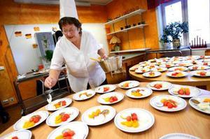 Kristina Karlsson och Helga Eriksson i köket har lagat och komponerat Nobellunchen. Efterrätten bestod av en meloncocktail med en chokladpeng och en klick grädde.
