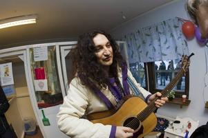 """har katter på hemmet. """"Vi är här för alla hemmets katters skull"""", sade Thomas Di Leva medan han stämde gitarren."""