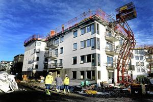 En byggarbetsplats.   Öbo och Asplunds varnar för att planerade byggen i Tybble kanske måste avbrytas om ett förslag om begränsningar av ränteavdragen genomförs.Arkivfoto: Tomas Oneborg /TT