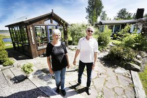 Njuthuset. I Margareta och Lars Olovs trädgård står ett stadigt glashus byggt av återbrukade fönster från 1970-talet.