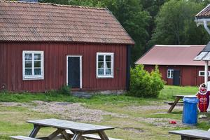 I de båda längorna Bryggstugan och ladugårdslängan har Gävle kommun hyrt ut tre lägenheter på långtidskontrakt. Hyresgästerna är nu uppsagda.